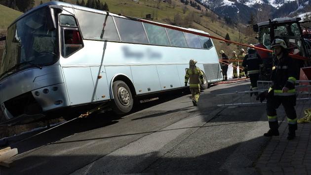 Der Reisebus drohte seitlich über die Böschung zu stürzen und musste mit Gurten gesichert werden.