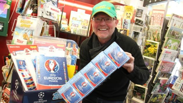 Trafikant Gerhard Lesky mit den Hunderter-Boxen, die heuer besonders beliebt sind