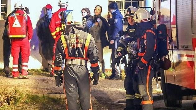 Feuerwehrmänner und Bewohner nach einem der Brände vor dem Haus in der Mühlstraße 3