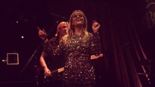 """Reese Witherspoon singt in einem Klub in Hollywood lauthals """"Sweet Home Alabama""""."""