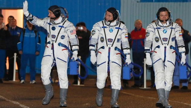 US-Astronaut Jeff Williams mit den Kosmonauten Alexej Owtschinin und Oleg Skripotschka (v.l.n.r.)