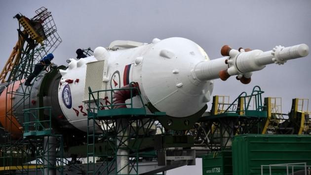 """Ein """"Soyus""""-Trägerrakete auf dem Weg zur Startrampe (Bild: APA/AFP/Kirill Kudryavtsev)"""