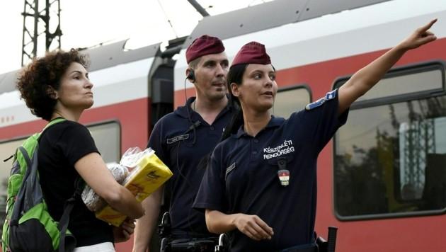 Alev Korun während der Flüchtlingskrise im Herbst 2015 auf einem ungarischen Bahnhof (Bild: APA/HERBERT P. OCZERET)
