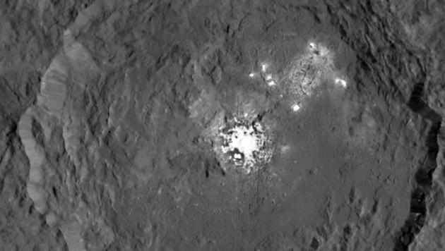 Die hell leuchtenden Flecken im Occator-Krater auf Ceres (Bild: NASA/JPL-Caltech/UCLA/MPS/DLR/IDA)