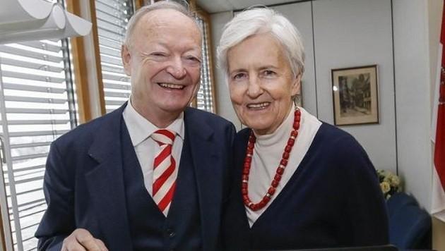 Andreas Khol mit rot-weiß-roter Krawatte und Ehefrau Heidi