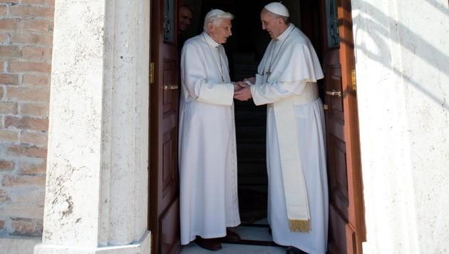 Franziskus mit seinem Vorgänger Benedikt XVI. (Bild: EPA)