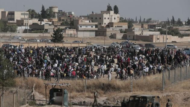 Syrische Flüchtlinge an der türkischen Grenze (Bild: AP)