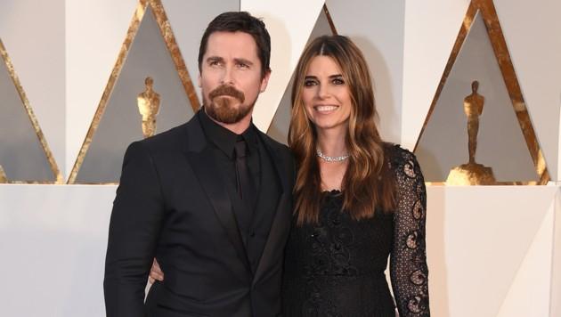 Christian Bale mit Sibi Blazic (Bild: Jordan Strauss/Invision/AP)