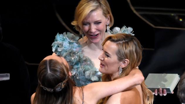 Brie Larson herzt Cate Blanchett und Kate Winslet. (Bild: Chris Pizzello/Invision/AP)
