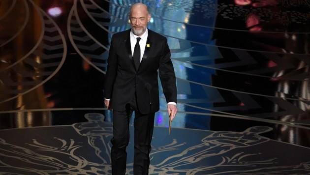 """J.K. Simmons präsentiert die Kategorie """"Beste Nebendarstellerin"""". (Bild: Chris Pizzello/Invision/AP)"""