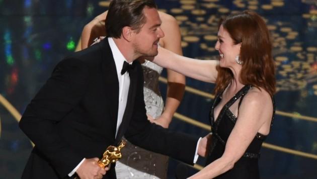 Leonardo DiCaprio wird von Julianne Moore geherzt. (Bild: APA/AFP/MARK RALSTON)