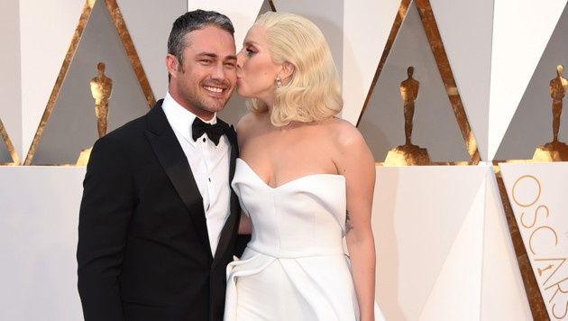 Lady Gaga knutscht Taylor Kinney. (Bild: Jordan Strauss/Invision/AP)