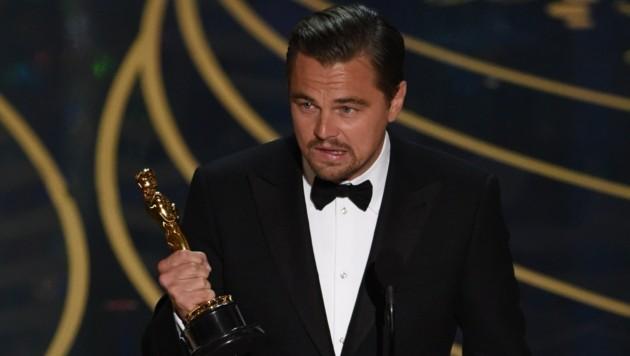 Leonardo DiCaprio darf endlich einen Oscar mit nach Hause nehmen. (Bild: APA/AFP/MARK RALSTON)