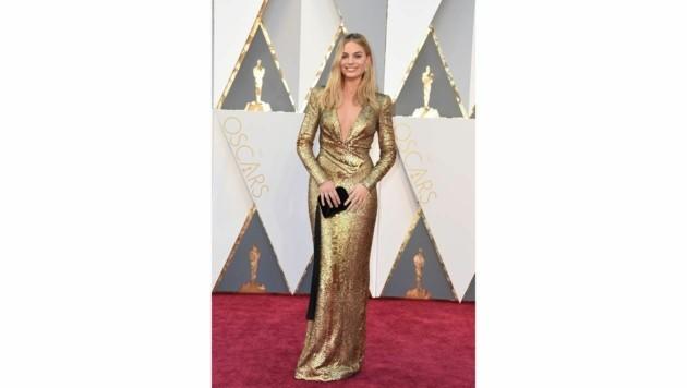 In ihrer goldenen Robe von Tom Ford machte Margot Robbie der Oscarstatue Konkurrenz. (Bild: APA/AFP/VALERIE MACON)