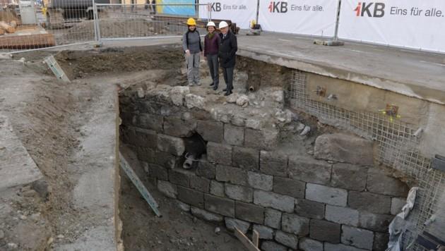Die bei Bauarbeiten entdeckten der Überreste der mittelalterlichen Innbrücke (Bild: IKB/Zeitungsfoto.at/Daniel Liebl)