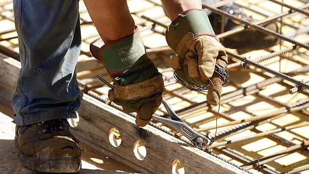 Die häufigsten Arbeitsunfälle in Tirol ereigneten sich 2019 in den Branchen Bau (Unfallrate 76,39%, pro 1.000 Beschäftigungsverhältnisse). (Bild: APA/HERBERT PFARRHOFER (Symbolfoto))