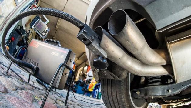 Abgastest bei einem VW-Fahrzeug (Bild: APA/AFP/PATRICK PLEUL)