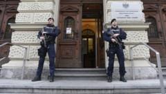 Schwer bewaffnete Polizisten vor dem Straflandesgericht Graz (Bild: APA/Erwin Scheriau)