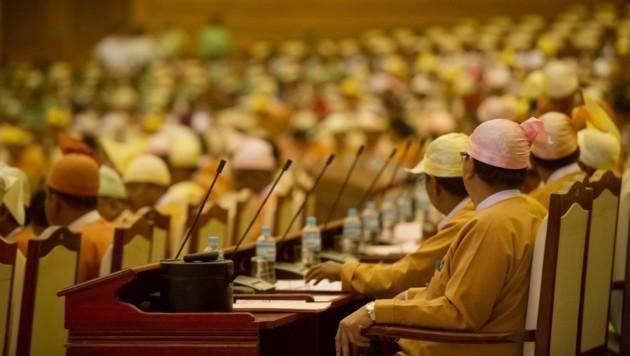 Erstmals nach mehr als 55 Jahren tagt wieder ein frei gewähltes Parlament in Myanmar. (Bild: APA/AFP/Ye Aung Thu)