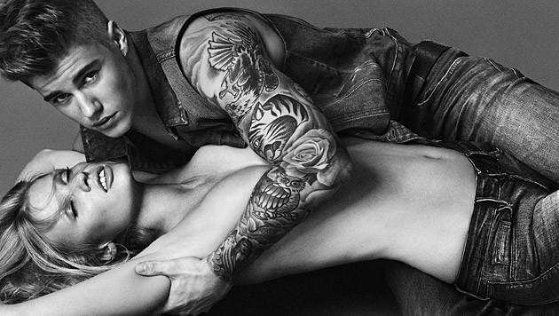 Justin Bieber legt für Calvin Klein Model Lara Stone flach. (Bild: Calvin Klein)