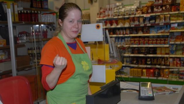 Die zierliche Angestellte wird groß gefeiert: Vicky (25) vertrieb Betrüger aus dem Supermarkt. (Bild: Josef Christelli)