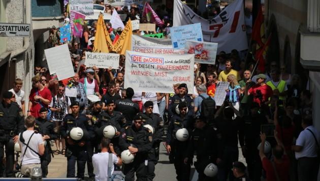 Die Großdemo im Zuge der Bilderbergkonferenz in Telfs blieb friedlich (Bild: Christof Birbaumer)