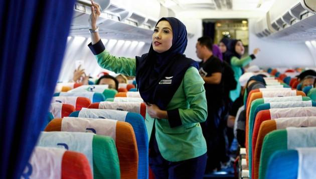 Die Flugbegleiterinnen der malaysischen Fluglinie Rayani Air müssen ein Kopftuch tragen. (Bild: AP)