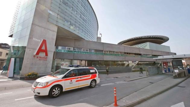 Die Jugendlichen wurden ins Landeskrankenhaus Salzburg eingeliefert (Bild: MARKUS TSCHEPP)