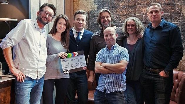 Hannes M. Schalle (re. hinten) neben Jamie Oliver und der Trailer-Crew (Bild: Hannes M. Schalle)