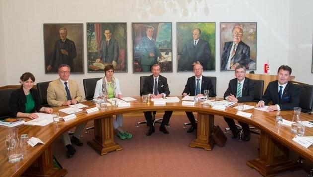 Hier im Regierungszimmer findet die Aussprache statt. Vor allem Landesrat Schwaiger fordert Härte. (Bild: Franz Neumayr/MMV)