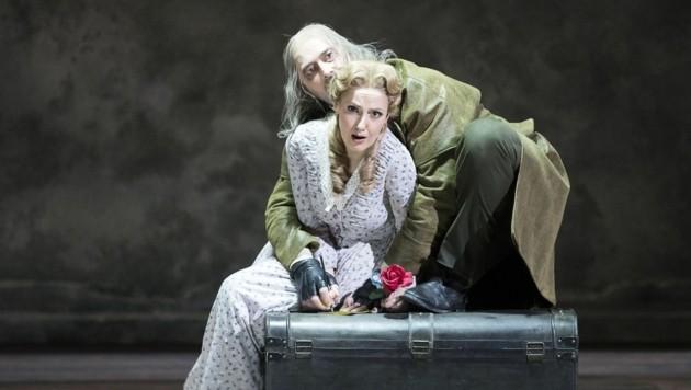 """Sophia Brommer als """"Luisa"""" und Wilfried Zelinka als """"Wurm"""" in Verdis """"Luisa Miller"""" an der Oper Graz (Bild: Werner Kmetitsch)"""