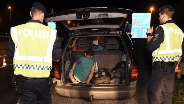 Österreichische Polizisten finden geschleppte Flüchtlinge bei einer Schwerpunktkontrolle. (Bild: APA/HERBERT P. OCZERET)
