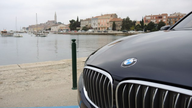 BMW 750i in Rovinj (Bild: Stephan Schätzl)