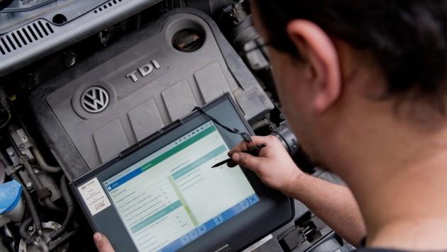 Auch beim VW-Touran TDI wurde bei der Software getrickst (Bild: APA/EPA/JULIANSTRATENSCHULTE)