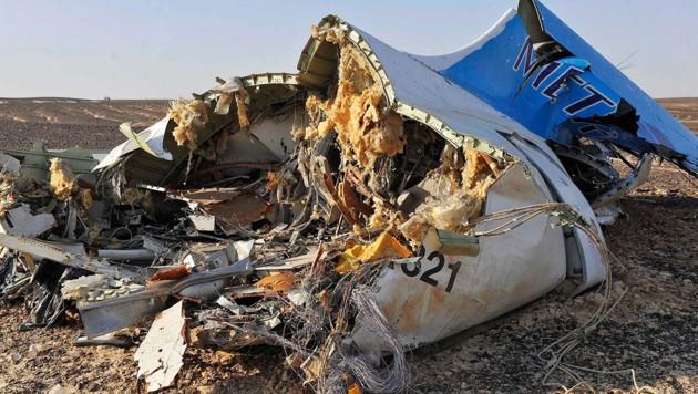Ein Teil des Airbus-A321-Wracks auf der Sinai-Halbinsel (Bild: APA/EPA/STR)