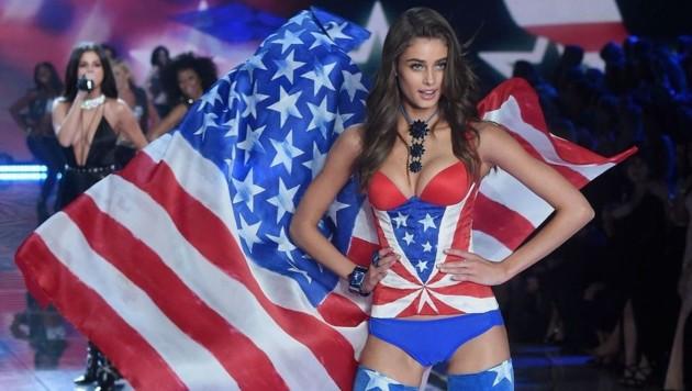 Model-Engel Taylor Hill am Catwalk der Victoria's-Secret-Show 2015 (Bild: AFP)