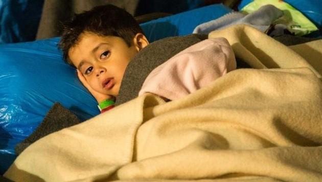 Ein kleiner Junge im Ex-Asfinag-Gebäude: Ein Dach und Essen, bevor es weiter über die Grenze geht. (Bild: Franz Neumayr/MMV)