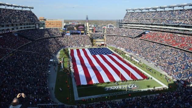 Riesige US-Flagge vor einem NFL-Spiel im Gillette Stadium in Foxborough (Massachusetts) (Bild: CJ Gunther/EPA/picturedesk.com)