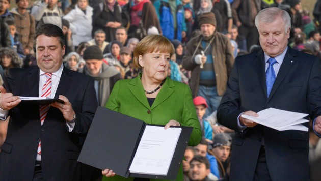 Merkel, Seehofer einig über Transitzonen - Koalitionspartner Gabriel (l.) ist skeptisch. (Bild: APA/AFP/JOHANNES EISELE, APA/AFP/RENE GOMOLJ)