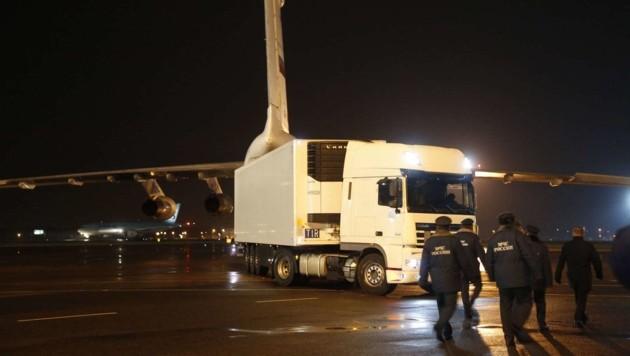 Mit einer Sondermaschine wurden die sterblichen Überreste von 144 Insassen nach Russland gebracht. (Bild: APA/AFP/DMITRY LOVETSKY)