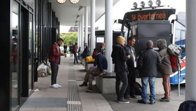 Flüchtlinge auf einem Busbahnhof in Nordschweden (Bild: APA/AFP/ANNE KAURANEN)