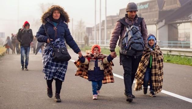 Flüchtlingsfamilien unterwegs durch Slowenien in Richtung Grenzübergang Spielfeld. (Bild: AFP)
