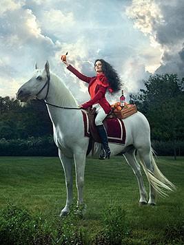 Im April sitzt Eva Green am Pferd. (Bild: Campari/Julia Fullerton-Batten)
