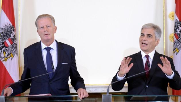 Mitterlehner und Faymann fixierten den 30. Oktober als Termin für den Arbeitsmarktgipfel. (Bild: APA/ROLAND SCHLAGER)