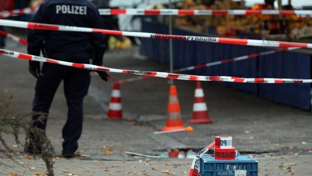 Der abgesperrt Tatort auf einem Wochenmarkt in Köln (Bild: APA/dpa/Oliver Berg)
