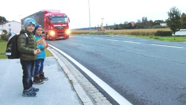Lino (6) und Bruder Fabio (5) auf dem gefährlichen Weg zur Bushaltestelle.