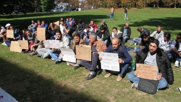 Die Flüchtlinge protestieren im Grazer Stadtpark für ein schnelleres Asylverfahren (Bild: KRONEN ZEITUNG)