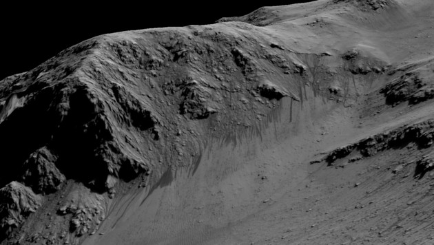 Auch an den Wänden des Horowitz-Kraters sind Abflussrinnen zu erkennen. (Bild: NASA/JPL-Caltech/University of Arizona)