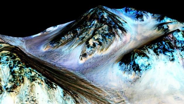 Eine rund 100 schwarze lange Spur, die auf flüssiges Wasser hinweist. (Bild: NASA/JPL/University of Arizona)
