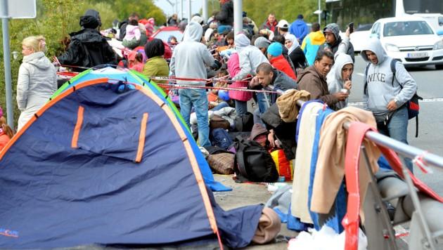 Salzburg: Flüchtlinge warten an der Grenze zu Deutschland. (Bild: AP)
